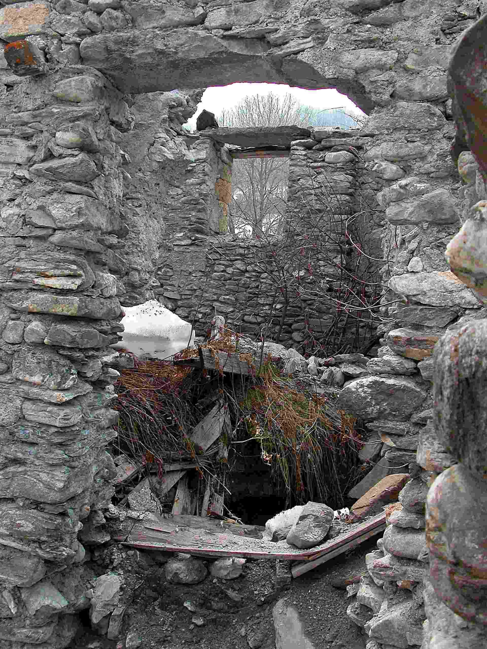 Casa delle lapidi for La casa tradizionale progetta una storia